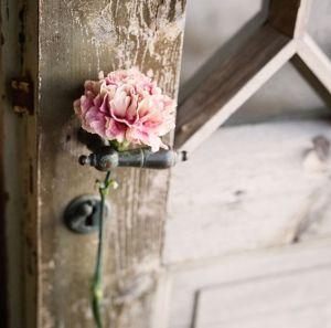V flower door