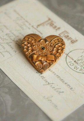 v gold heart